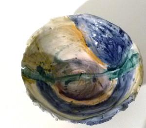 Piatto in ceramica con doppia cottura, dipinto a mano con tecnica mista.